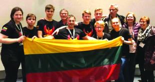 Kauno jėzuitų gimnazijos komanda – pasaulio čempionai (komandos treneris A. Juškauskas – centre laiko vėliavą).