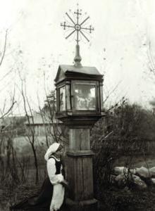 A young woman at prayer. Kretinga region, 1905. (P. Mongirdaitė, Kretinga Museum)