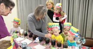 Alina Volodkaitė-Davis ir Marytė Meškauskas mokina marginti margučius.