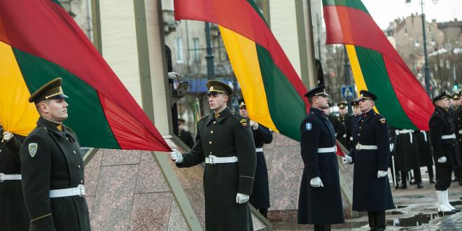 Nepriklausomybės aikštėje prie Seimo iškilmingai pakeltos Lietuvos valstybės vėliavos.
