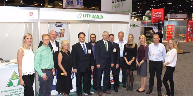 """Vaidotas Ašmonas (v.) su Lietuvos verslininkais maisto produktų ir gėrimų parodoje """"FMI Connect"""" Čikagoje."""