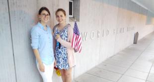 """Projekto """"LT Big Brother"""" JAV regiono vadovė Ieva Žumbytė (k.) prie savo darbovietės – Pasaulio banko Washingtone. Dešinėje – studentė Donata Telišauskaitė."""