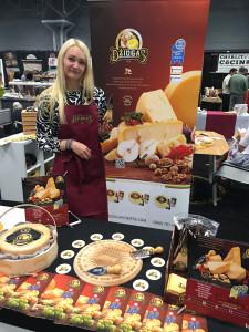 Asta Plankienė parodose sūrį pristato pati.