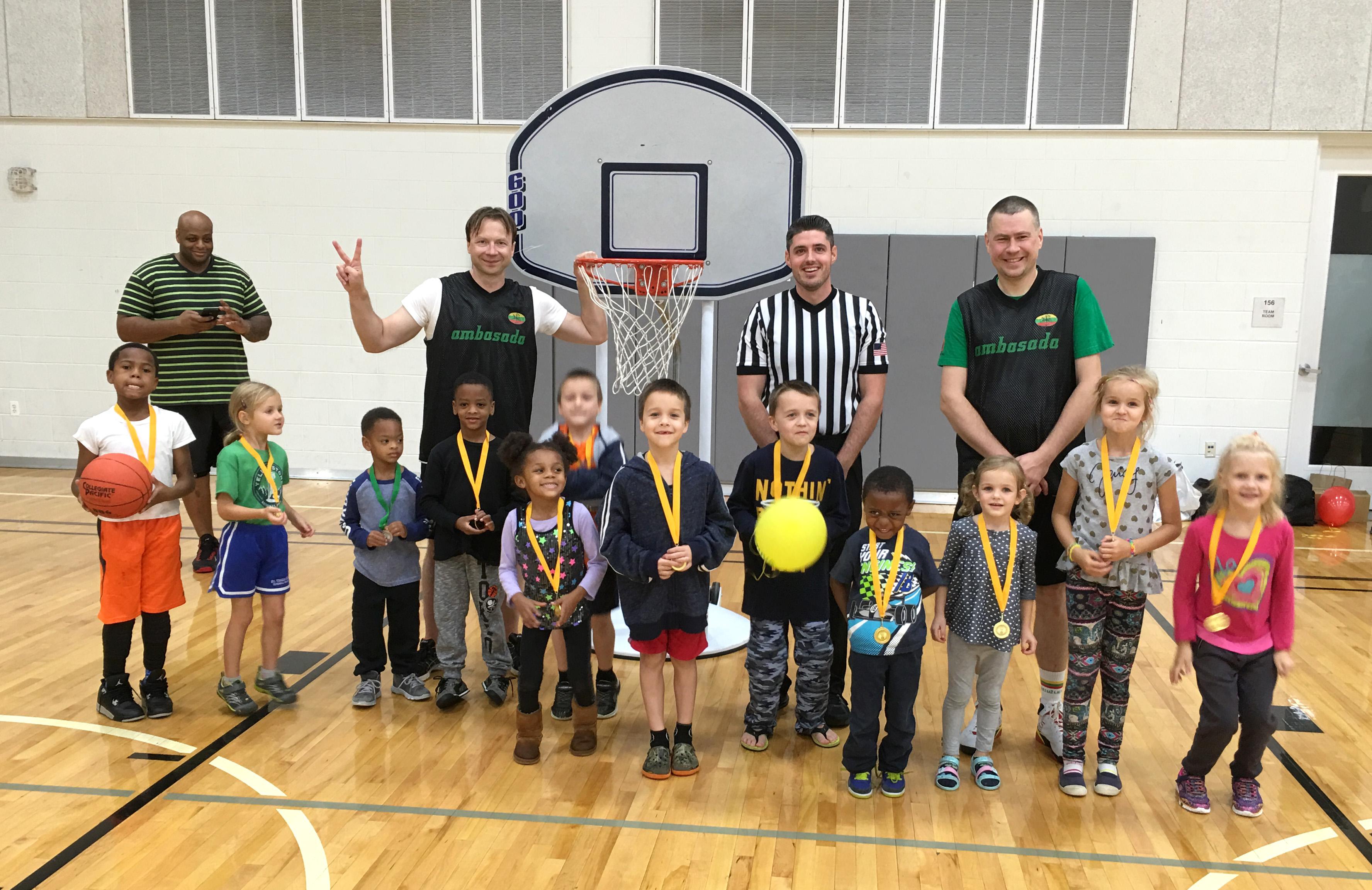 Jauniesiems krepšininkams įteikti proginiai ŠALFASS medaliai.