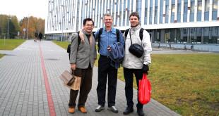 Biochemikas Daumantas Matulis (d.) su partneriu iš Taivano (k.) ir mokslininku iš Švedijos (v.).
