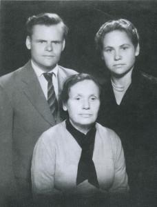 Elena, jos brolis Vytautas Pečiulaitis ir mama, 1960 m.