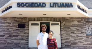 Gintarė ir Rodrigo prie Buenos Aires provincijos lietuvių centro.