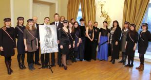 Laureatės ir koncertmeisterės su Studentų skautų organizacijos nariais.