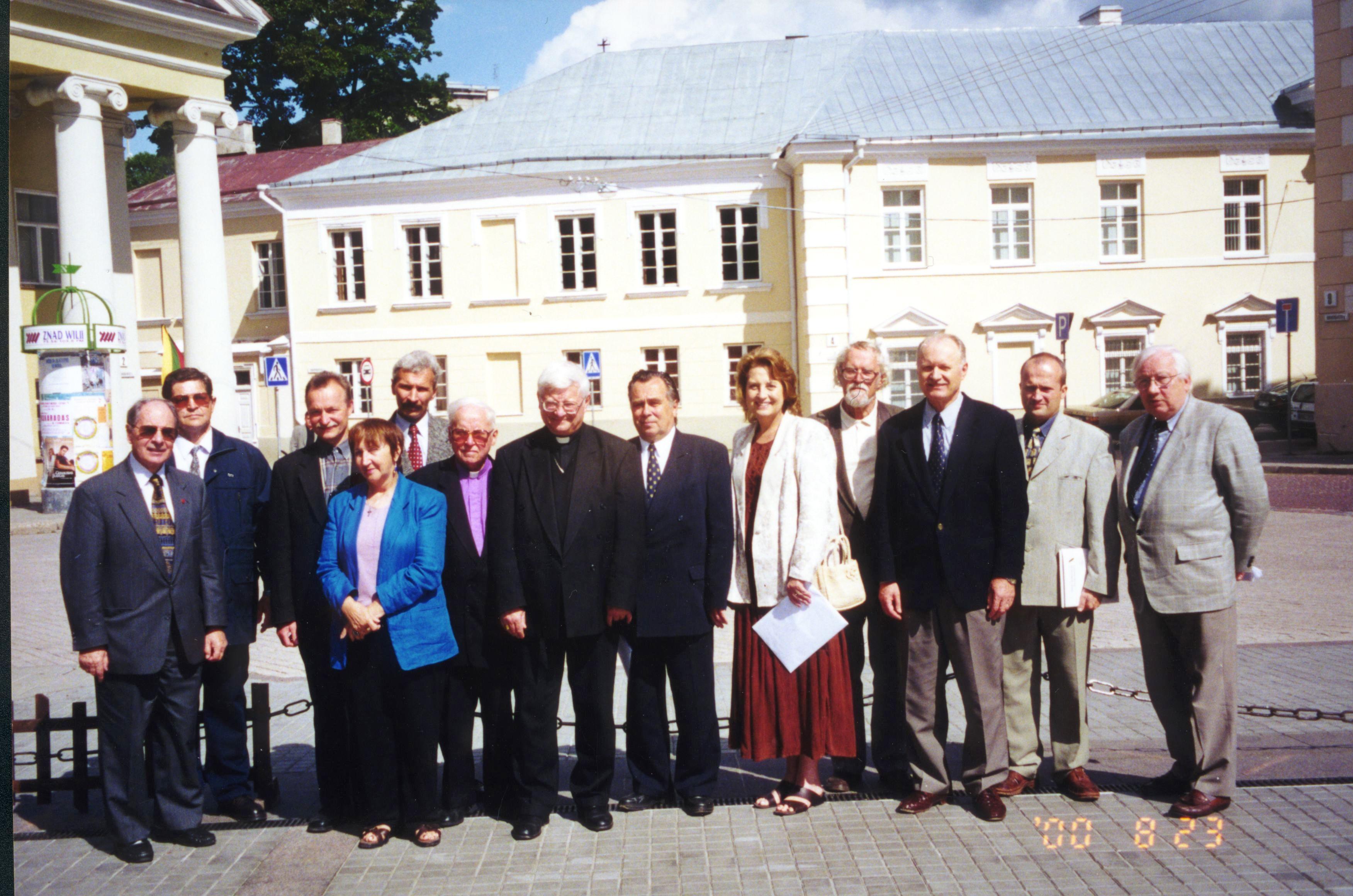 Valdovų rūmų paramos fondo steigėjai S. Daukanto aikštėje, Vilniuje, Fondą įsteigus 2000 m. rugsėjo 23 d.