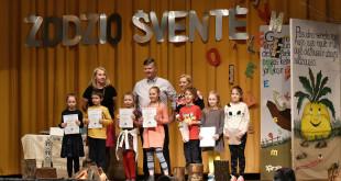 Pirmoje eilėje – Čikagos lituanistinės mokyklos rašinio konkurso laimėtojai, antroje eilėje (iš k.) mokytoja Vilma Poliuvienė, tėvų komiteto pirmininkas A. Rašymas ir mokyklos direktorė V. Rupšienė.