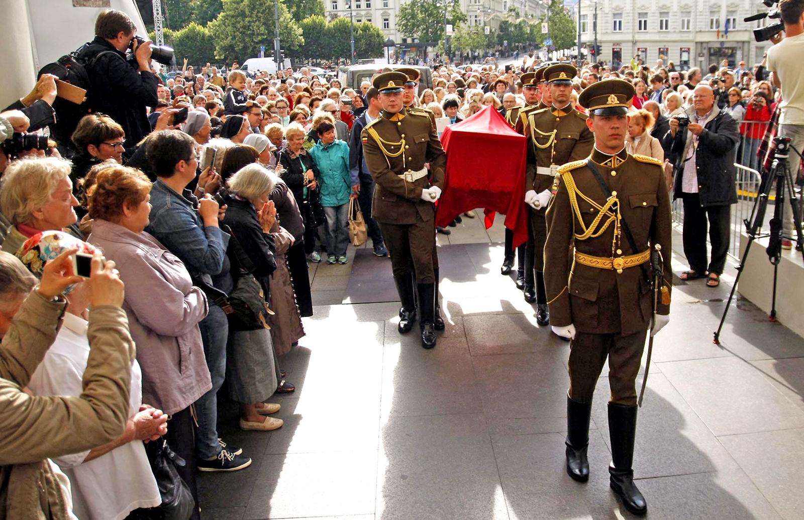 Sarkofagas su vyskupo Teofiliaus Matulionio palaikais įnešamas į Vilniaus Katedrą.