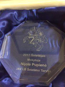 Nijolei Pupienei įteiktas apdovanojimas.