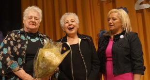 JAV LB Švietimo tarybos 2016 m. Švietėjo premijos įteikimas Nijolei Pupienei. Iš k.: šokių mokytoja Nijolė Pupienė, JAV LB Marquette Park apylinkės pirmininkė Aušrelė Sakalaitė ir ČLM direktorė Vida Rupšienė.