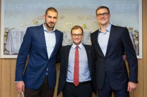 Joks krepšinio gerbėjas nepraleistų progos nusifotografuoti su krepšinio žvaigždėmis Jonu Valančiūnu (k.) ir Robertu Javtoku.
