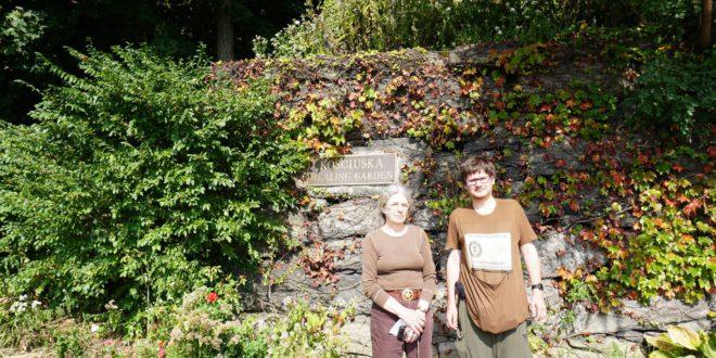 Carol Gargan (k.) bando sukurti naują lietuvišką vietą: Kosciuškos gydomąjį sodą. Dešinėje – vienas iš projekto kūrėjų Augustinas Žemaitis.