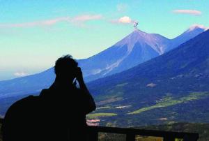 Ugnikalnis Fuego nuolat primena, kad yra aktyvus, išspjaudamas dūmų kamuolius.