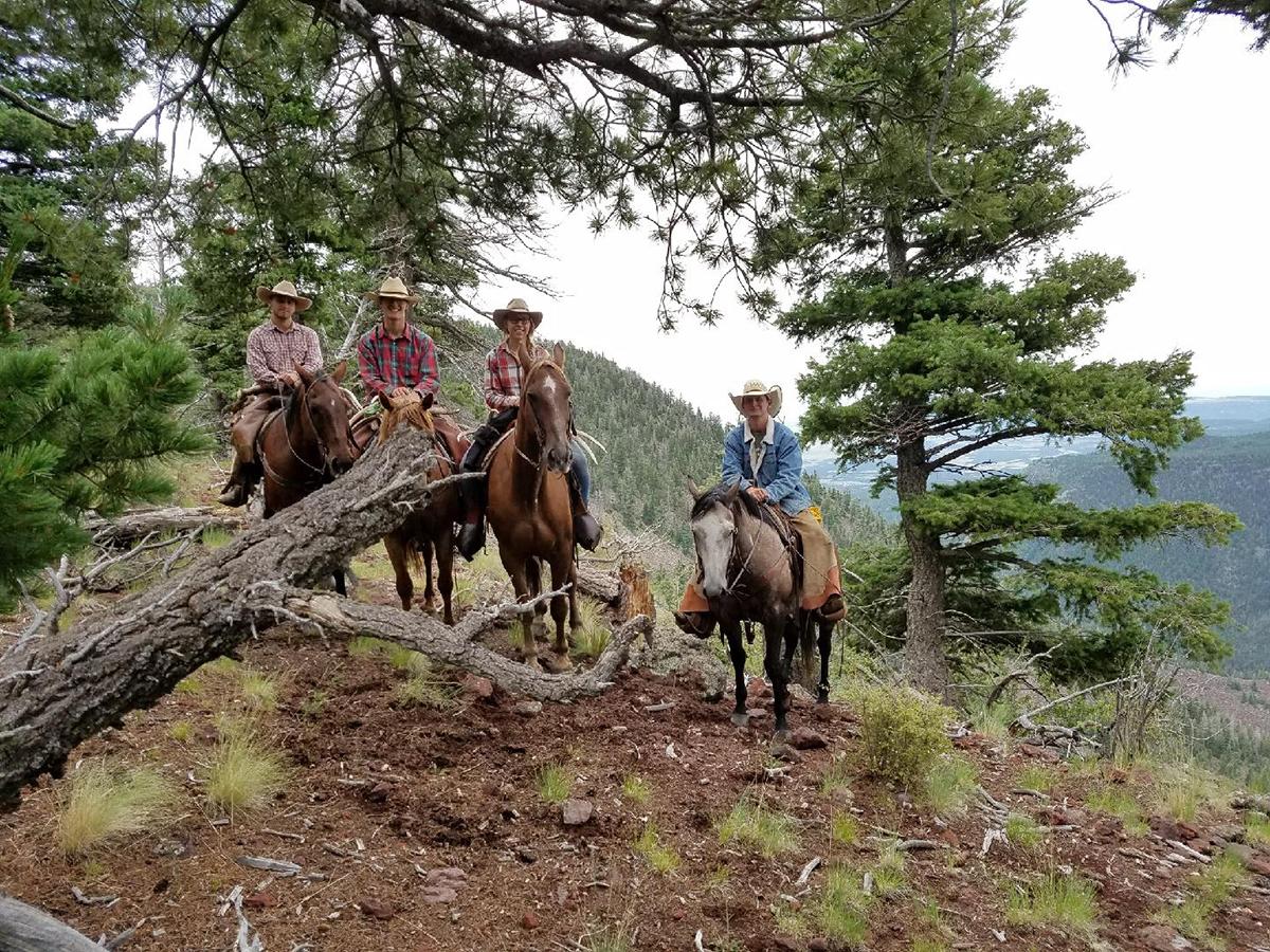 Eglė (trečia iš kairės) Filmonto skautų rančoje (Philmont Scout Ranch) Naujosios Meksikos valstijoje su bendradarbiais.