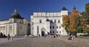Valdovų rūmų pietinis fasadas ir Vilniaus katedros Šv. Kazimiero koplyčia.