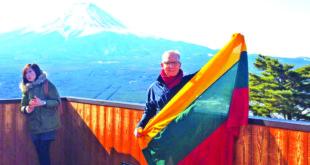 Algimantas Remeika Lietuvos trispalvę iškėlė Japonijoje, prie šios šalies simboliu laikomo kalno Fujisan, pasaulyje žinomo kaip Fudzijama.
