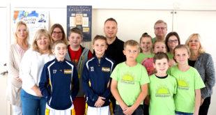 """""""Saulėtas krantas"""" mokiniai susipažino su ledo ritulininku ir olimpiniu čempionu Dariumi Kasparaičiu (antroje eilėje, viduryje)."""