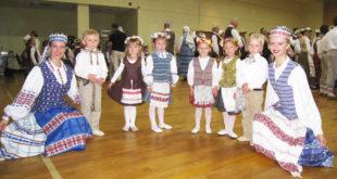 Indrė Bielskutė (pirma iš dešinės) su savo mažaisiais šokėjais prieš koncertą.