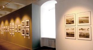"""Vytauto Augustino parodos """"Fotografavau Lietuvą"""" viena iš daugelio sienų."""