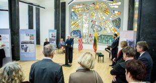 Parodos atidaryme kalba Prezidentas Valdas Adamkus.