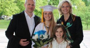 Austėja su tėvais ir sese per mokyklos baigimo šventę 2015 m.