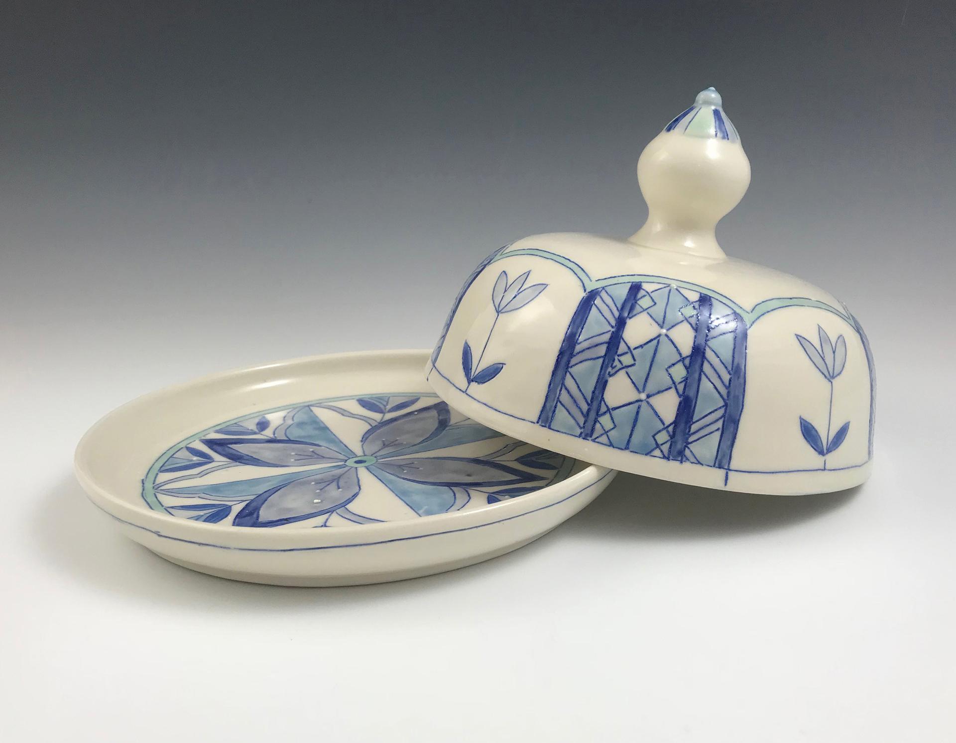 Porcelianinis indas sūriui su dangčiu, dekoruotas geometriniais motyvais.