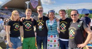 Monika (v.) su draugais šimtmečio dainų šventėjė Lietuvoje š. m. liepos 6 d.