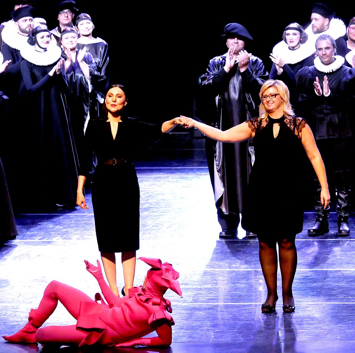 Spektaklio pabaigoje į sceną išėjo miuziklo režisierė Anželika Cholina (k.) ir pagrindinė renginio organizatorė Austėja Sruoga.