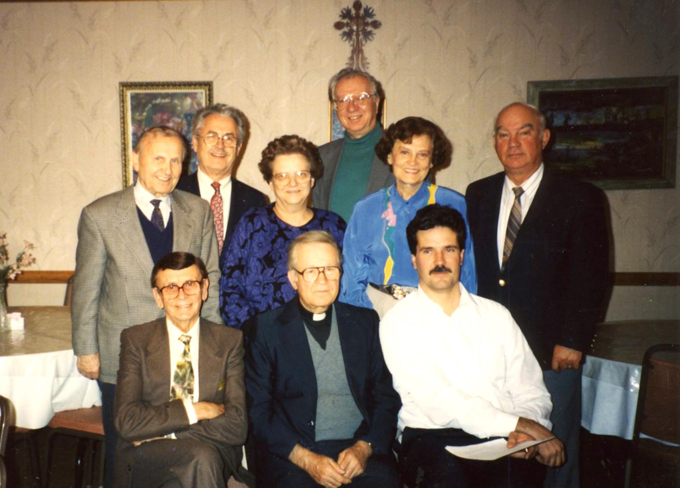 Draugo fondo direktorių taryba. Sėdi (iš k.): pirm. Bronius Juodelis, kun. Viktoras Rimšelis, Jurgis Riškus. Stovi: dr. Kazys Ambrozaitis, dr. Antanas Razma, Birutė Jasaitienė, Jonas Vaznelis, Marija Remienė ir Vaclovas Momkus. 1994 m. gruodžio 1 d., Čikaga.