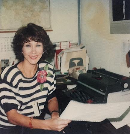 """V. Vengrienė """"Amerikos balso"""" radijo redakcijoje tais laikais, kai dar kompiuterių nebuvo."""