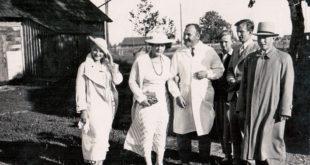 Iš k.: Birutė Nasvytytė-Smetonienė, Sofija Smetonienė, Pranciškus Baltrus Šivickis, Julius Smetona (su skrybėle).
