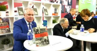 """Knygų autoriai nusiteikę autografams. Istorikas Arvydas Anušauskas pristato savo naujausią knygą """"Užmirštas desantas"""", Vytautas Lansbergis – """"Organizuotus tekstus II""""."""