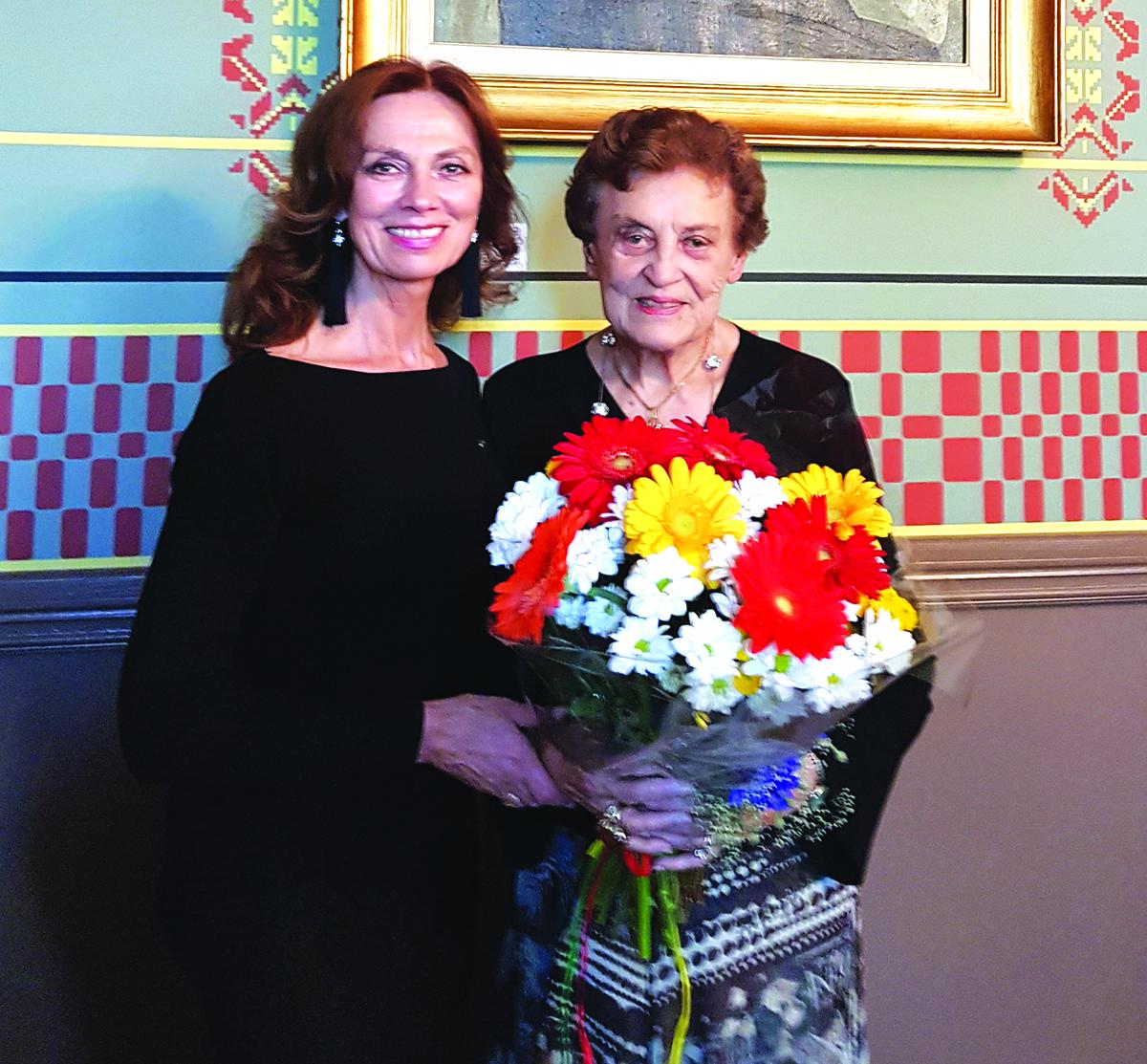 Marija Remienė su aktore Virginija Kochanskyte Maironio lietuvių literatūros muziejuje.