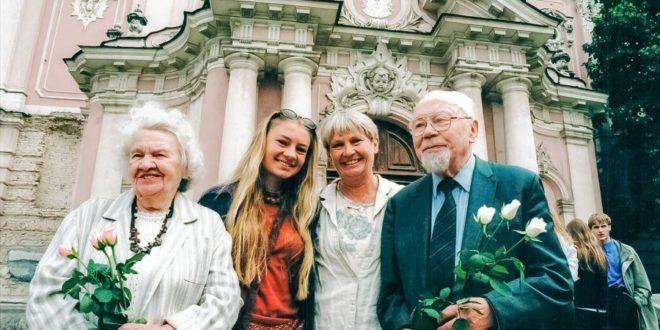 Bradūnų šeima Lietuvoje (iš k.): Kazimiera Bradūnienė, anūkė Vaiva, dukra Elena ir Kazys Bradūnas.