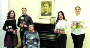 V. Kudirkos muziejuje. Iš kairės: aktorė Virginija Kochanskytė, birbynininkas Gediminas Kaušylas, muziejaus direktorė Irena Zinkevičienė (sėdi), pianistė Zita Lukošiūnienė, akordeonistė Renata Buzėnaitė.